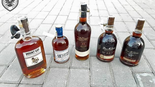 Batoh plný alkoholu ukradli mladíci ve Znojmě, odvezli si v nákupním košíku.