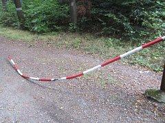 Neznámý vandal poničil závoru na lesní cestě Hradská.