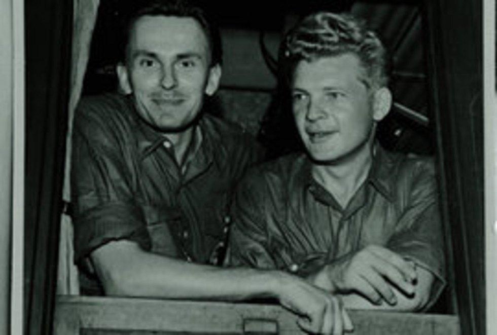 Slavní cestovatelé Miroslav Zikmund a Jiří Hanzelka.