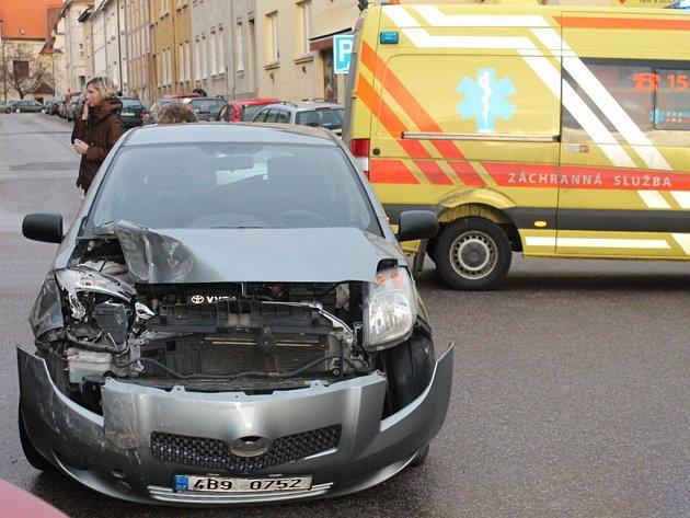 Na křižovatce znojemské ulici 17. listopadu a Bezručovy ulice se o půl čtvrté odpoledne srazila motorka s osobním autem.