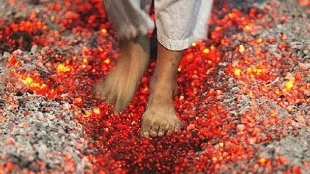 Chůze po žhavém uhlí.