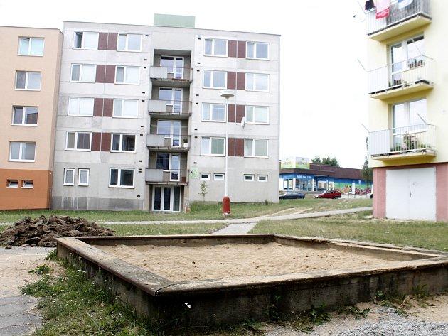 Nové chodníky, trávníky, stromy a keře a také lavičky a hřiště pro děti plánuje moravskokrumlovská radnice. Lidem tam chybí také dostatek parkovacích míst.