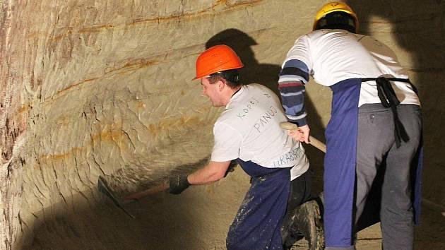 Tříčlenné týmy soutěžily, kdo dokáže za čtvrt hodiny nakopat a ze sklepa vynést nejvíc písku.