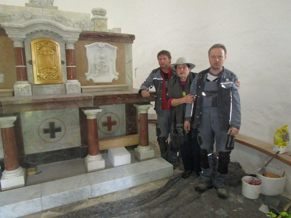 Na snímku uprostřed Alena Horná, vpravo Jiří Vybíral, kameník který před lety oltář rozebíral a nyní byl hlavním řemeslníkem při instalaci oltáře v rotundě.