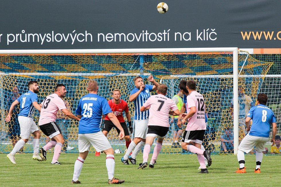 Velkou slávu zažili předposlední srpnovou neděli fotbalisté Práčí (v růžovém). Před televizními kamerami se v přímém přenosu ČT Sport v rámci projektu Můj fotbal živě utkali s týmem Jaroslavic.