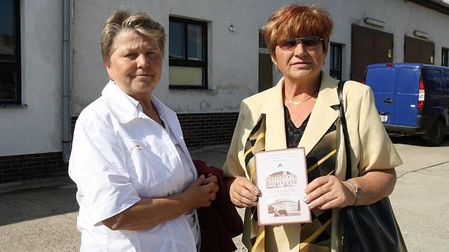 Marie Plíšková a Blažena Nedomová spolu před školou řemesel v Moravském Krumlově, která slavila 50. výročí.