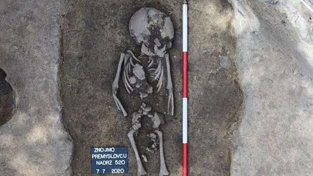 Skelet dítěte našli archeologové při drobném záchranném výzkumu na dvorku domu v ulici Přemyslovců.