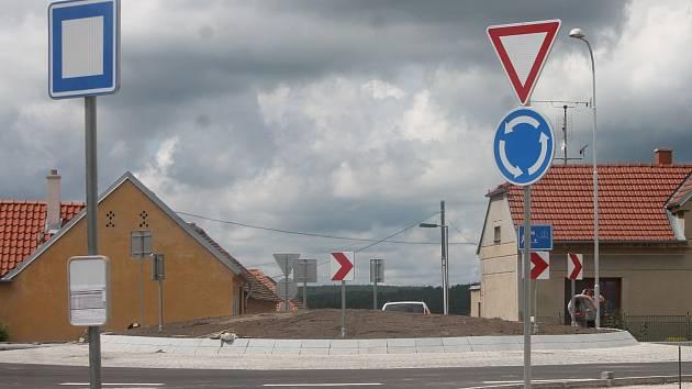 Na znojemském Hradišti končí stavba kruhové křižovatky. Auta už do místa mohou.