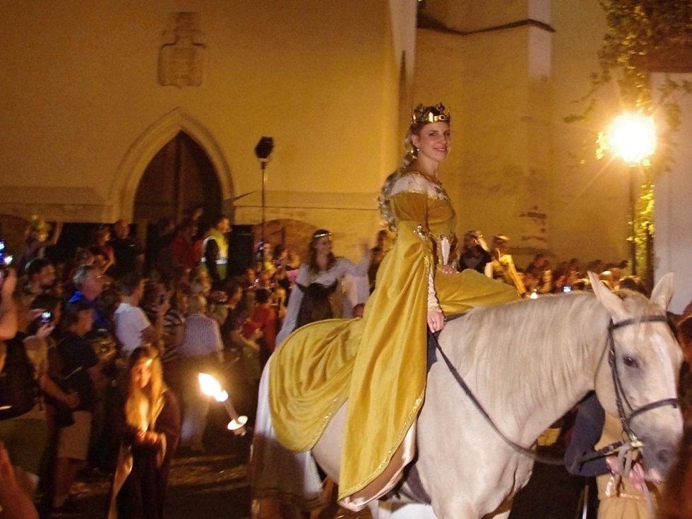 Celodenním programem na dvanácti scénách začalo v pátek tradiční Znojemské historické vinobraní. Vrcholem historického programu byl noční průvod doprovázející českého krále Jana Lucemburského slavnostně vjíždějícího do hradeb Znojma.