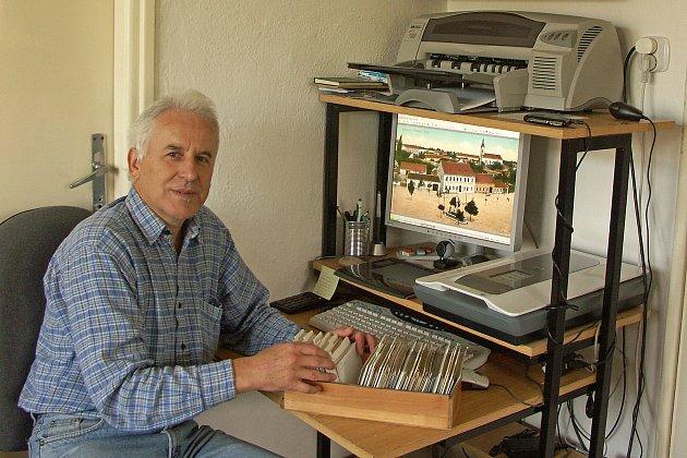 Miroslav Fousek se svou sbírkou snímků zhistorie rodného města. Foto: archiv Miroslava Fouska