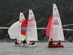 O putovní pohár Vranova soutěžili o víkendu jachtaři na Vranovské přehradě.
