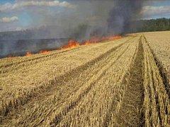 Na poli v obci Plaveč hořelo obilí. Hasiči vyhlásili druhý stupeň poplachu.
