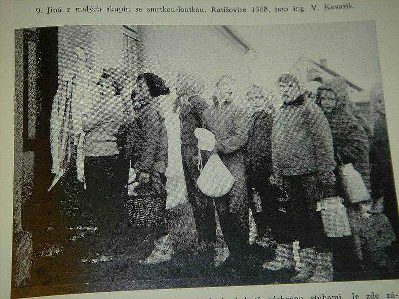 K předvelikonočním tradicícm patří zvyky spojené se Smrtnou neděli. Na snímku smrolkový průvod v Rybníkách v roce 1967. Foto: archiv Evy Grunové