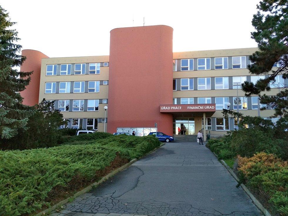 Bílý dům. Tak se říká budově, kde ve Znojmě do Sametové revoluce byl Okresní výbor KSČ. Dnes je na adrese nám. Svobody 2889/8 Úřad práce a také Finanční úřad.