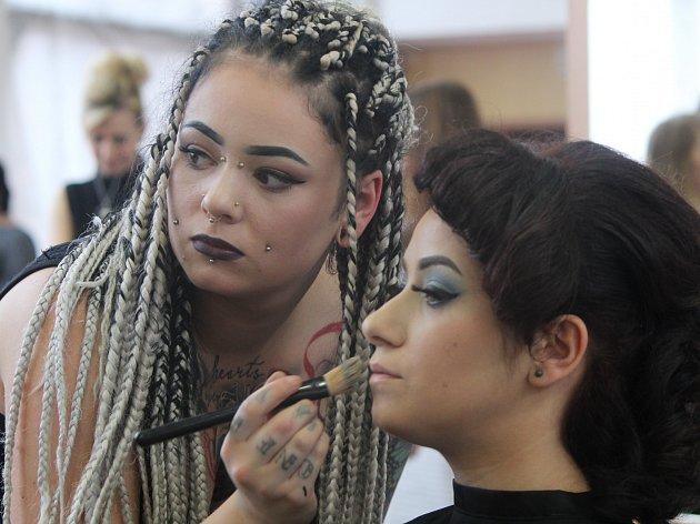 Budoucí kadeřnice a kosmetičky soutěžily ve střední škole v Přímětické ulici.