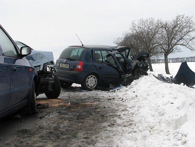 Nehoda tří osobních aut zablokovala hlavní tah na Brno.