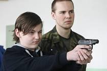 Vojáci z Univerzity obrany představili práci armády školákům druhého stupně v Základní škole Lubnice.