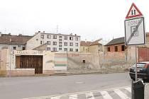 Část Tovární ulice získá za těmito zbytky obvodových zdí novou budovu. Po zbořených stavbách v areálu Jednoty zde vyroste čtyřpatrový dům s prodejnou a podzemní garáží.