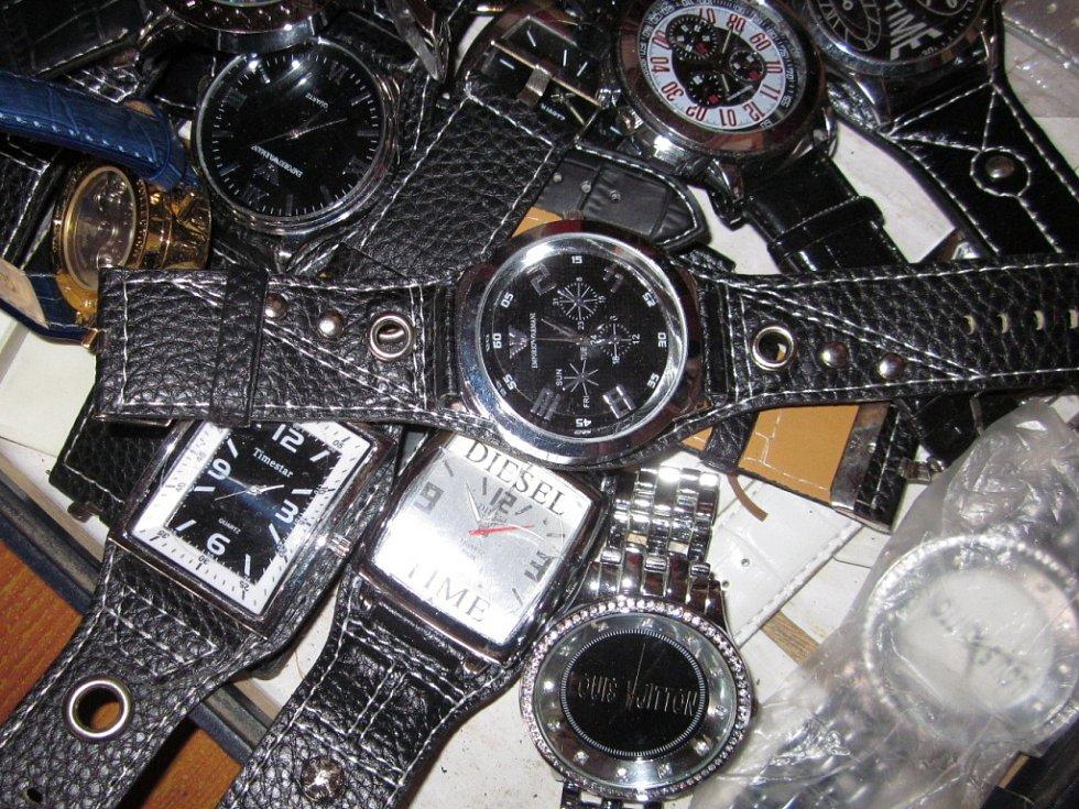 Celníci zadrželi padělky hodinek a kabelek za dva miliony korun.