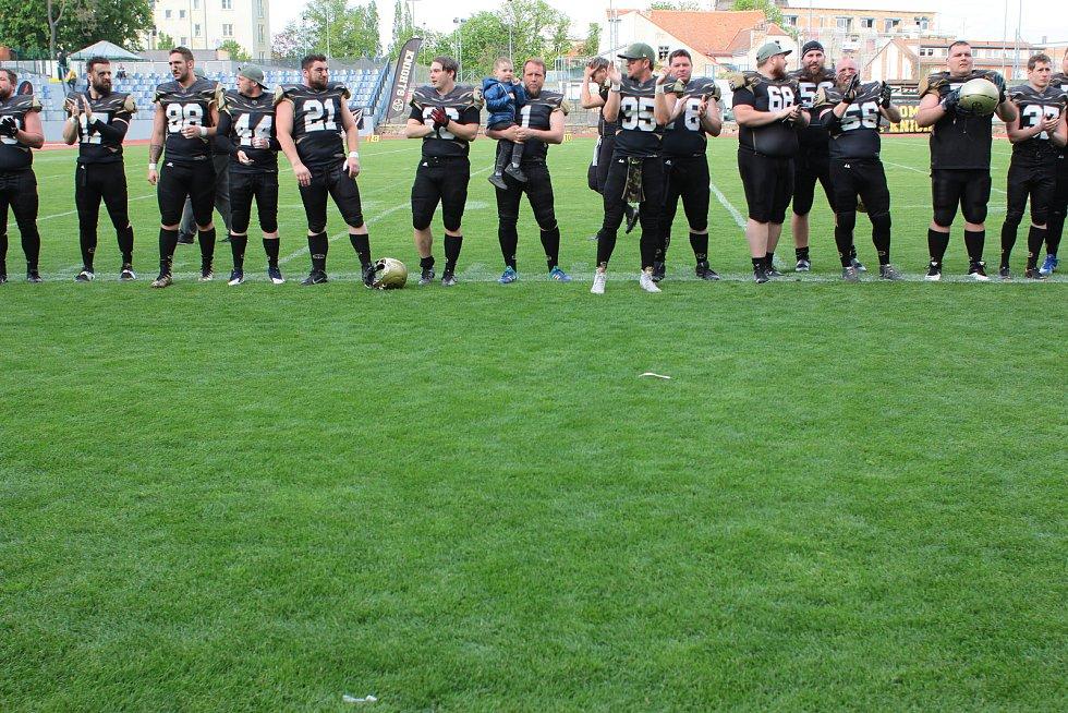 Američtí fotbalisté Znojmo Knights (v černozlatých dresech) v sobotu na svém kolbišti převálcovali Vienna Warlords 31:0.