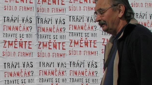Nelegální plakáty u znojemského finančního úřadu