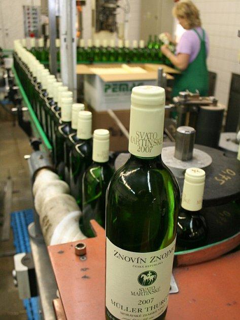 Lahvování svatomartinského vína.
