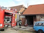 Několik jednotek hasičů vyjíždělo k požáru garáže v rodinném domku v Hodonicích.