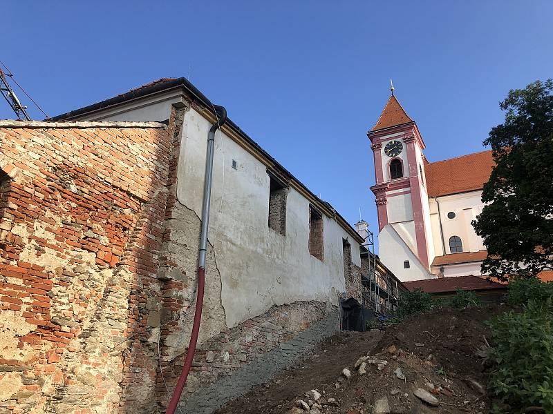 Východní průčelí s pohledem na kostel.