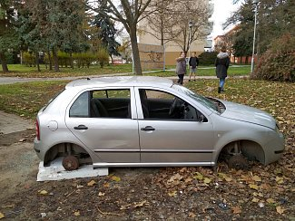"""Je to vrak nebo ne? Tato Fabie, kterou majitel údajně loni v prosinci zaparkoval ve Znojmě, měla ještě nedávno všechna kola, registrační značku a byla pojízdná. Dnes už není. Má navíc rozbitá okna a vykradený interiér. Kdo se o auto """"postaral"""" vyšetřuje p"""