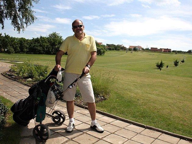 Milovník golfu a vážené hudby Jaroslav Šefrna.
