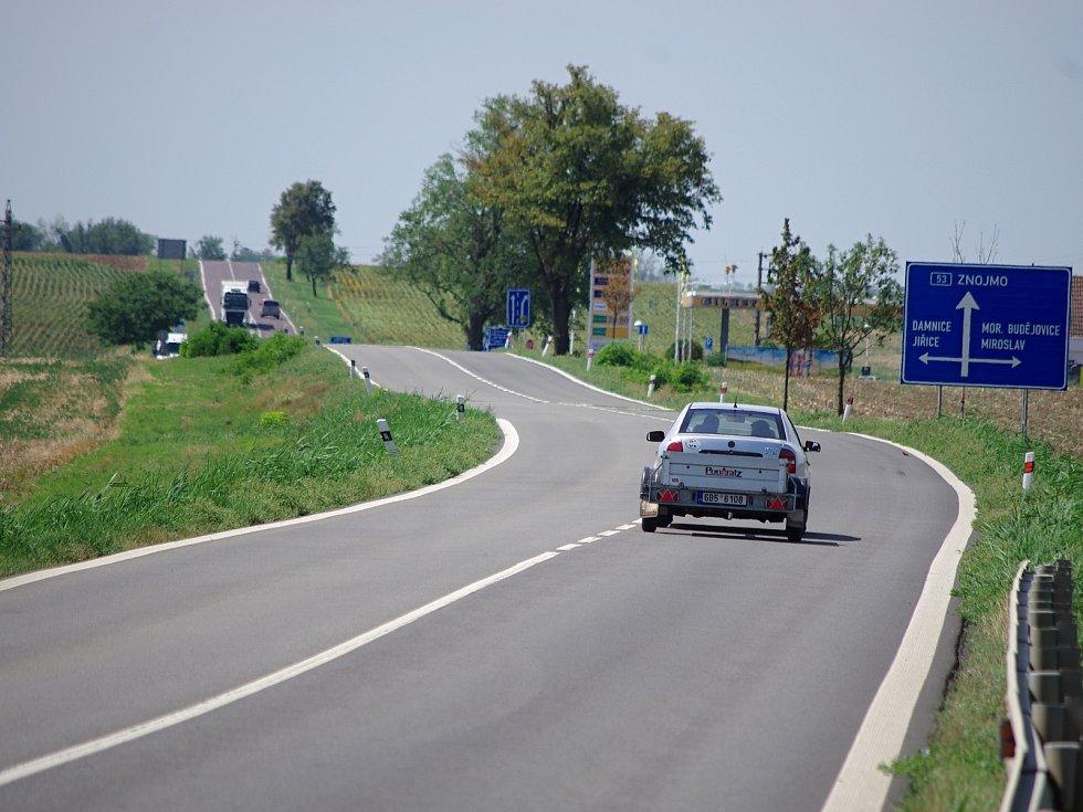 Chystaná modernizace třiapadesátky ze Znojma do Pohořelic se dotkne i úseku u Miroslavi, kde má vyrůst nová mimoúrovňová křižovatka.