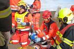 K simulované dopravní nehodě využili záchranáři léta nevyužívanou část stavby budoucího obchvatu Znojma.