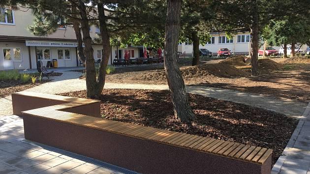 Stromy, posezení i prostor pro hry. Náměstí Armády dostává lepší vnitroblok