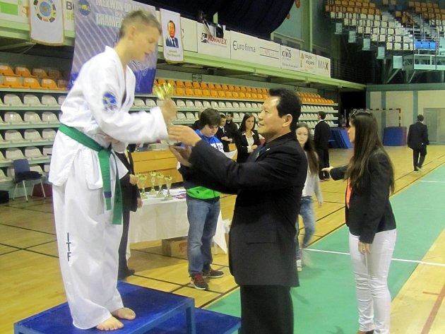 Vladimír Patočka přebírá z rukou velmistra Hwang Ho Konga pohár nejúspěšnějšího žákovského závodníka 7. ročníku Nitra Cup 2013.