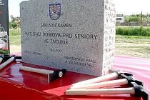 Základní kámen stavby dlouho očekávaného domova důchodců ve Znojmě.
