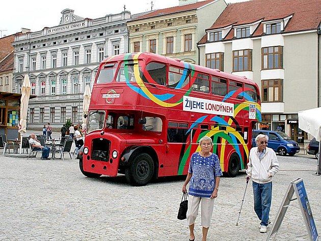 Olympijský doubledecker zaparkoval na Horním náměstí ve Znojmě.