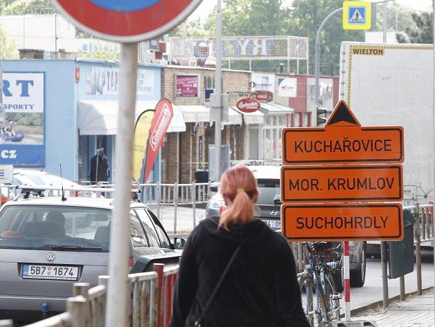 Kolony aut včetně těžkých kamionů komplikují především v dopravní špičce provoz na hlavním tahu Znojma.