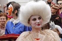 V pátek večer se vydal průvod masek od Městského divadla ve Znojmě k radnici, aby od představitele vedení Znojma převzal symbolický klíč od města.