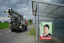 Znojemsko zaplavily předvolební plakátky senátorky za KSČM Marty Bayerové. O povolení vylepit je ale nikdo nežádal.