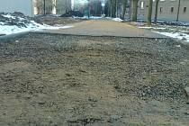 Nedokončené chodníky vadí bydlícícm, pomalu postupující opravy kritizují i stavaři.