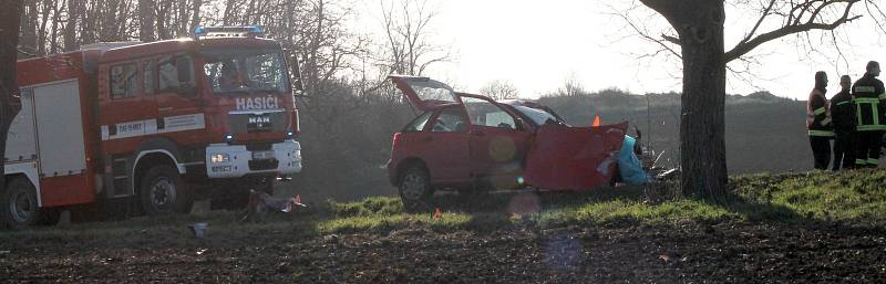 Pondělní dopolední nehoda u Břežan skončila tragicky. Řidička osobního auta zemřela.