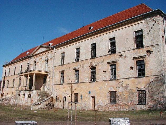 Zámek v Hrušovanech nad Jevišovkou chátrá.