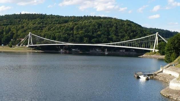 Na Vranovské přehradě začíná oprava lávky.