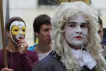 Hudební festival Znojmo zahájil král Ludvík XIV, který společně s průvodem putoval k radnici. Zde si král Slunce převzal symbolický klíč od města Znojma.