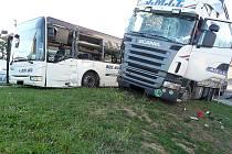 Šest lidí se zranilo v úterý ráno při srážce linkového autobusu s kamionem na křižovatce v Suchohrdlech u Znojma.