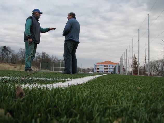 Celou zimu budou moci trénovat v Hrušovanech fotbalistém na prvním hřišti s umělým povrchem.