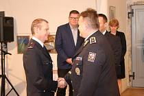 Policistou roku 2019 je na Znojemsku Miroslav Kmeť (vlevo). Ocenění mu předává krajský policejní šéf Leoš Tržil.