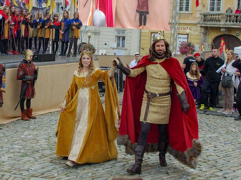 Znojemské historické vinobraní. Diváky přitahovala mimo jiné tradiční historická scéna na hlavním podiu.