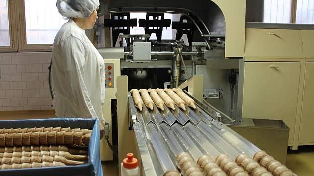 SUNCONE ROSTE. Ve firmě Suncone vzniká moderní výrobní hala, hotová má být podle majitele Namat Alla Ragaba (na levém snímku v obleku) v příštím roce. I v ní se budou péct oplatky.