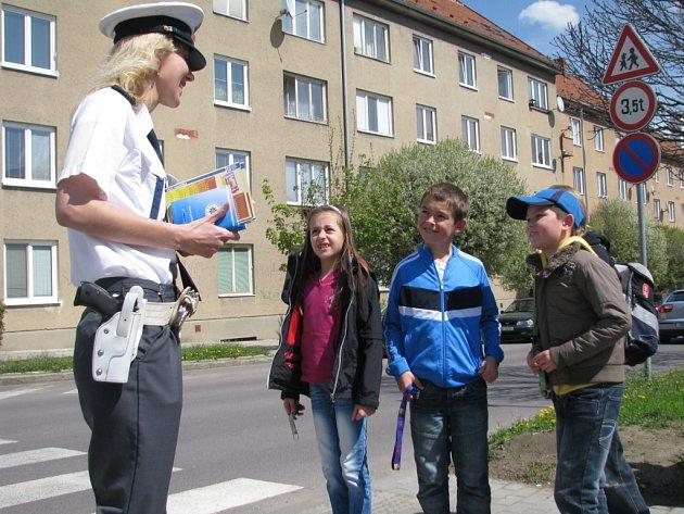 Ne všechny děti ví, jak správně přejít silnici. Ve Znojmě je to učili policisté.